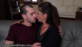 sexymomma cougar stepmom gives her twat to young cutie